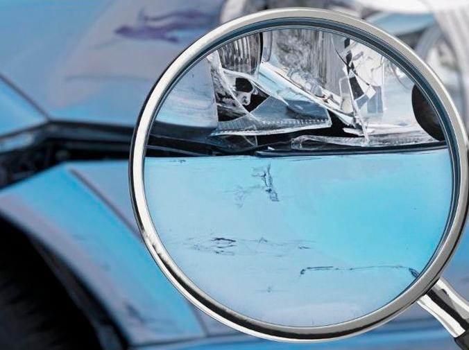 ¿Qué aspectos evalúa un perito ante el siniestro de un coche?